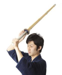 竹刀で打つ